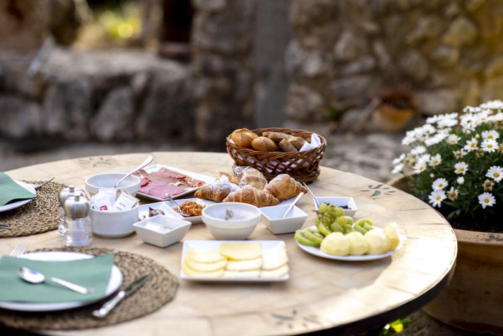 gedeckter Frühstückstisch auf der Außenterrasse der Albellons Finca auf Mallorca | Foto: Hanna Witte