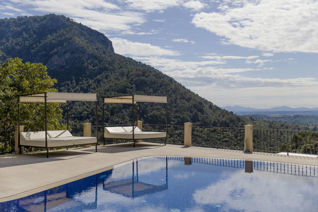 Pool mit Liegen und beeindruckender Naturkulisse bei einer Finca auf Mallorca | Foto: Hanna Witte