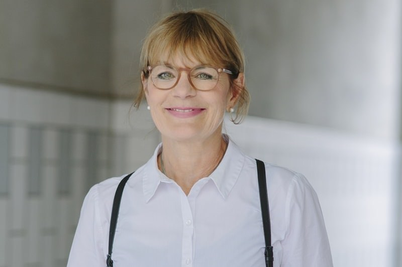 sympathisches Autorenportrait von Schriftstellerin Susanne Abel