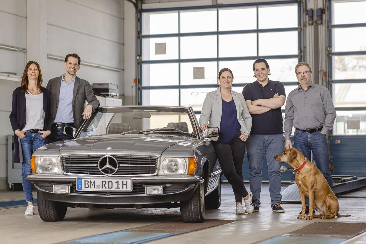 Teamfoto der KFZ Sachverständigen Rommerskirchen in einer Auto Werkstatt | Foto: Hanna Witte
