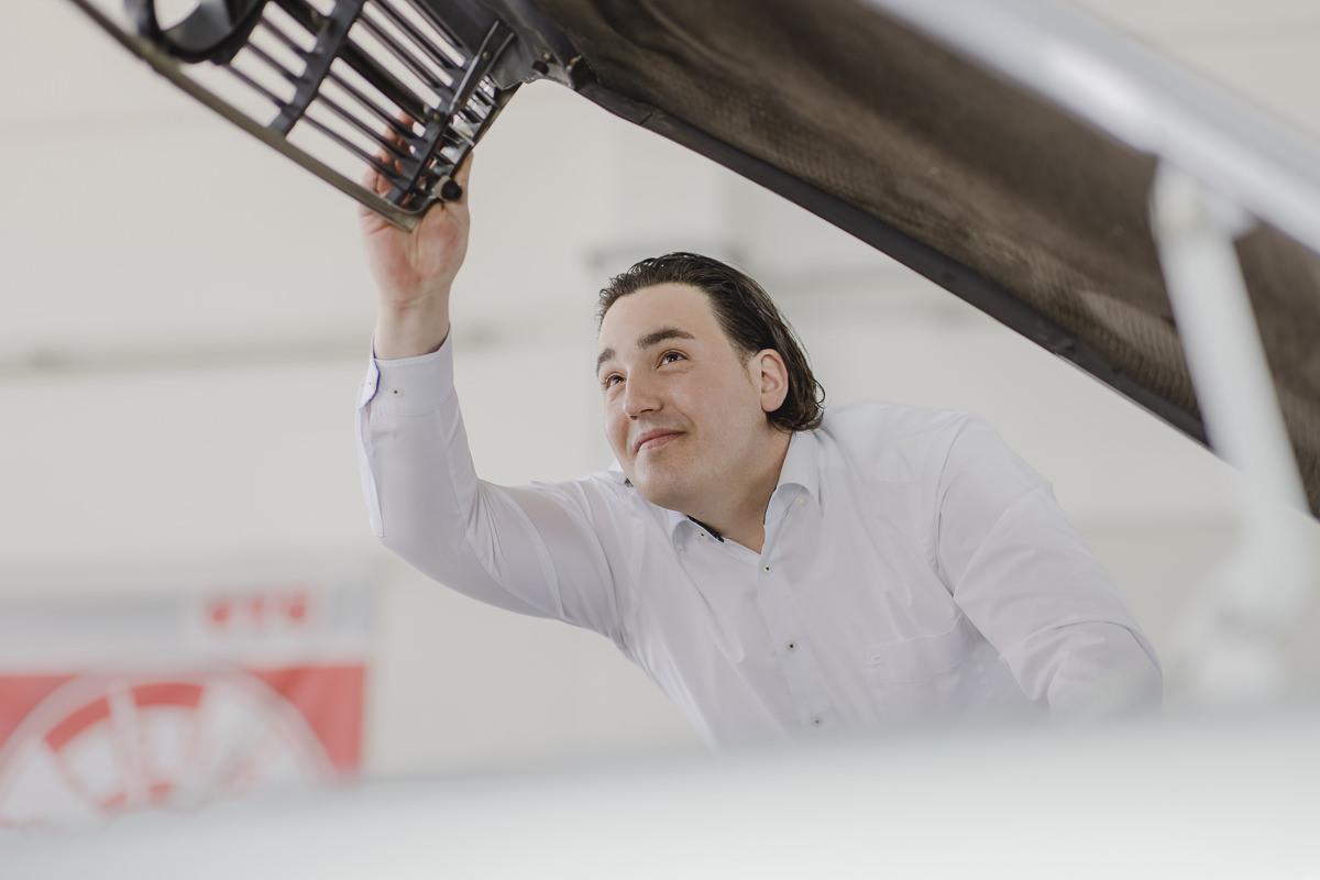 ein KFZ Sachverständiger prüft ein Auto | Foto: Hanna Witte