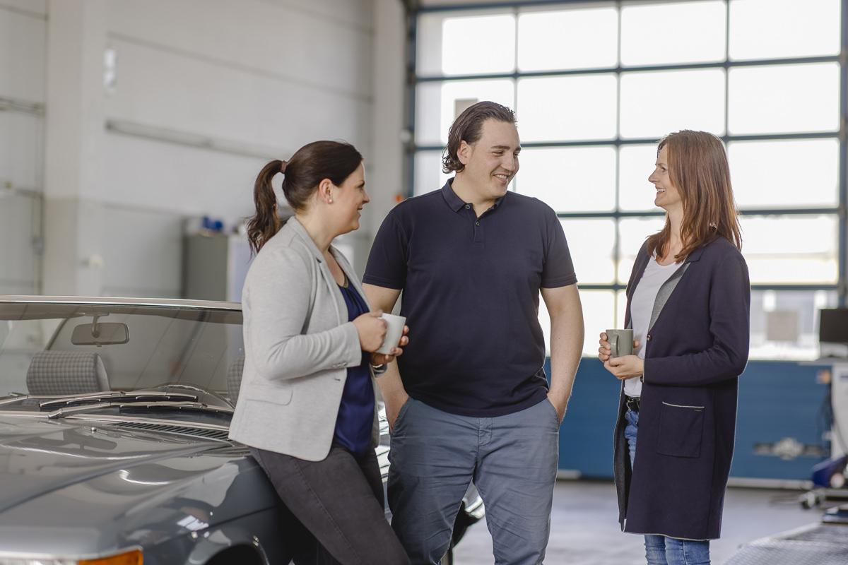 Mitarbeiter der KFZ Sachverständigen Firma Rommerskirchen im Gespräch | Foto: Hanna Witte