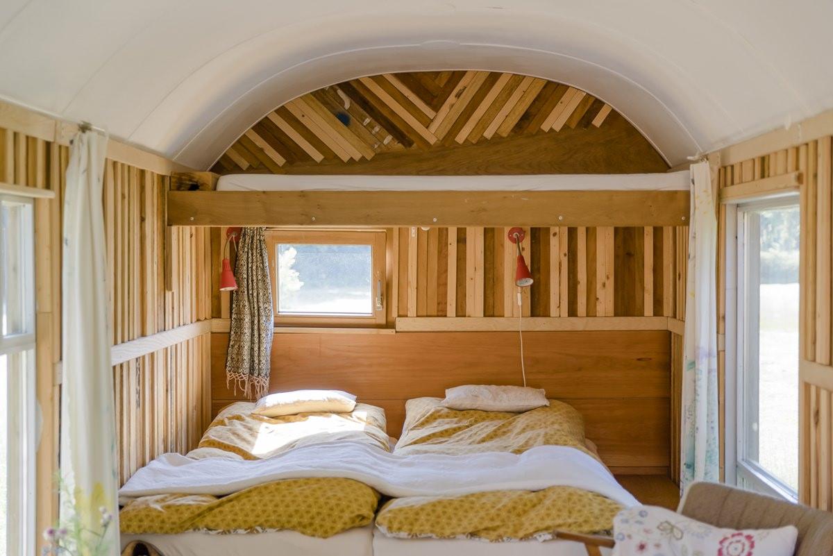 Schlafbereich mit schöner Holzverzierung in einem Ulliwood Zirkuswagen | Foto: Hanna Witte