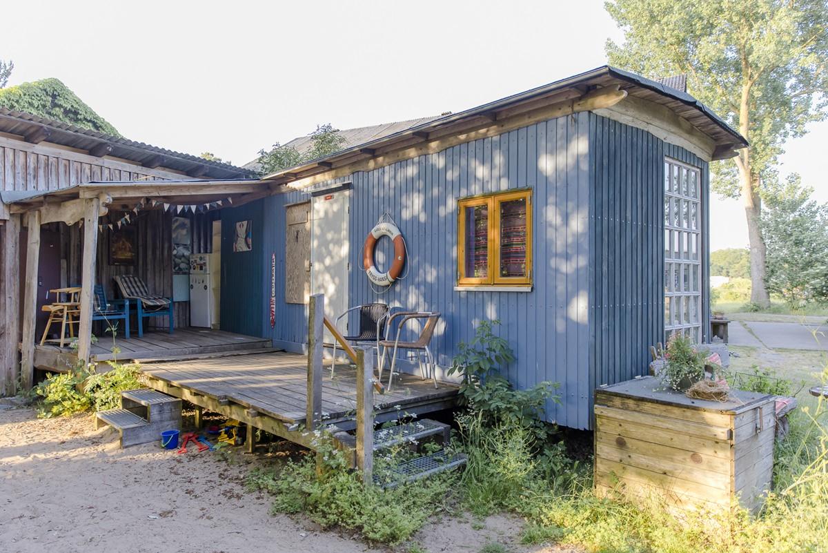 blauer Zirkuswagen mit Vordach und Holzterrasse | Foto: Hanna Witte