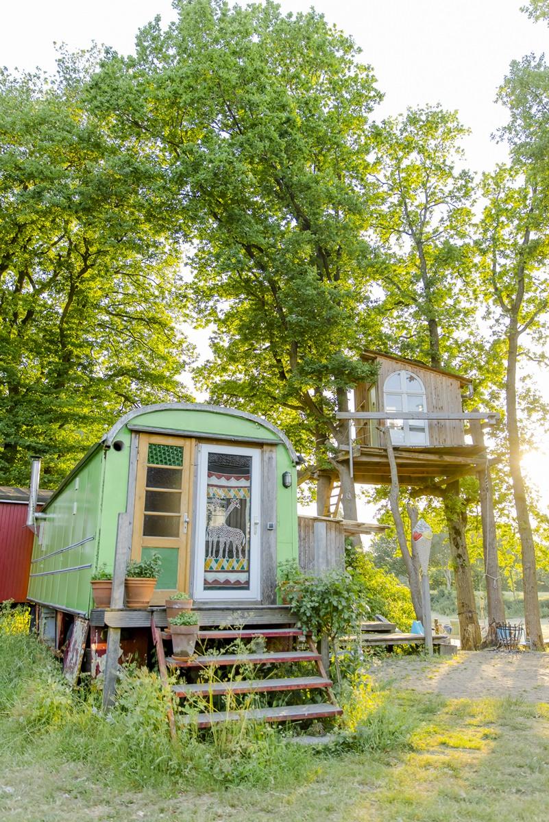Außenansicht eines grünen Ulliwood Zirkuswagens | Foto: Hanna Witte