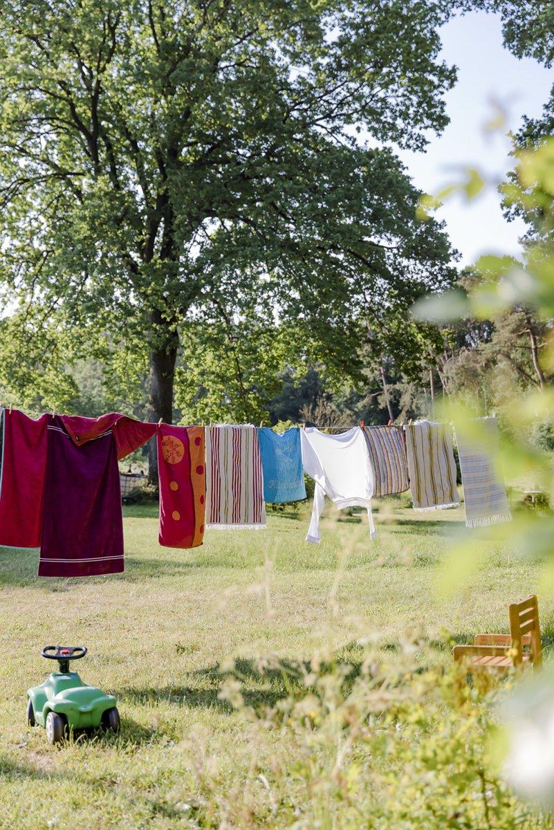 im Zirkuswagenhostel Ulliwood hängt Wäsche zum Trocknen an einer Leine | Foto: Hanna Witte