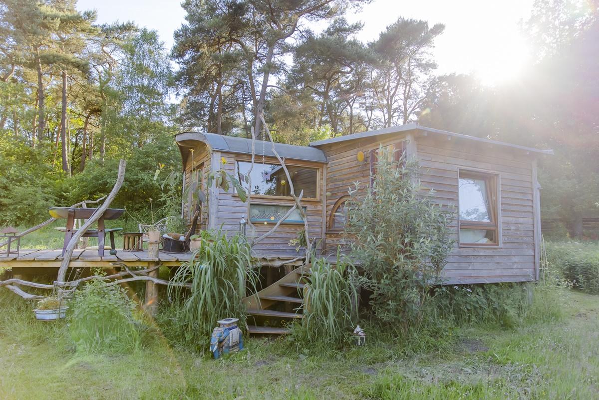 Zirkuswagen mit Holzterrasse im Ulliwood Zirkuswagenhostel in Bokel | Foto: Hanna Witte