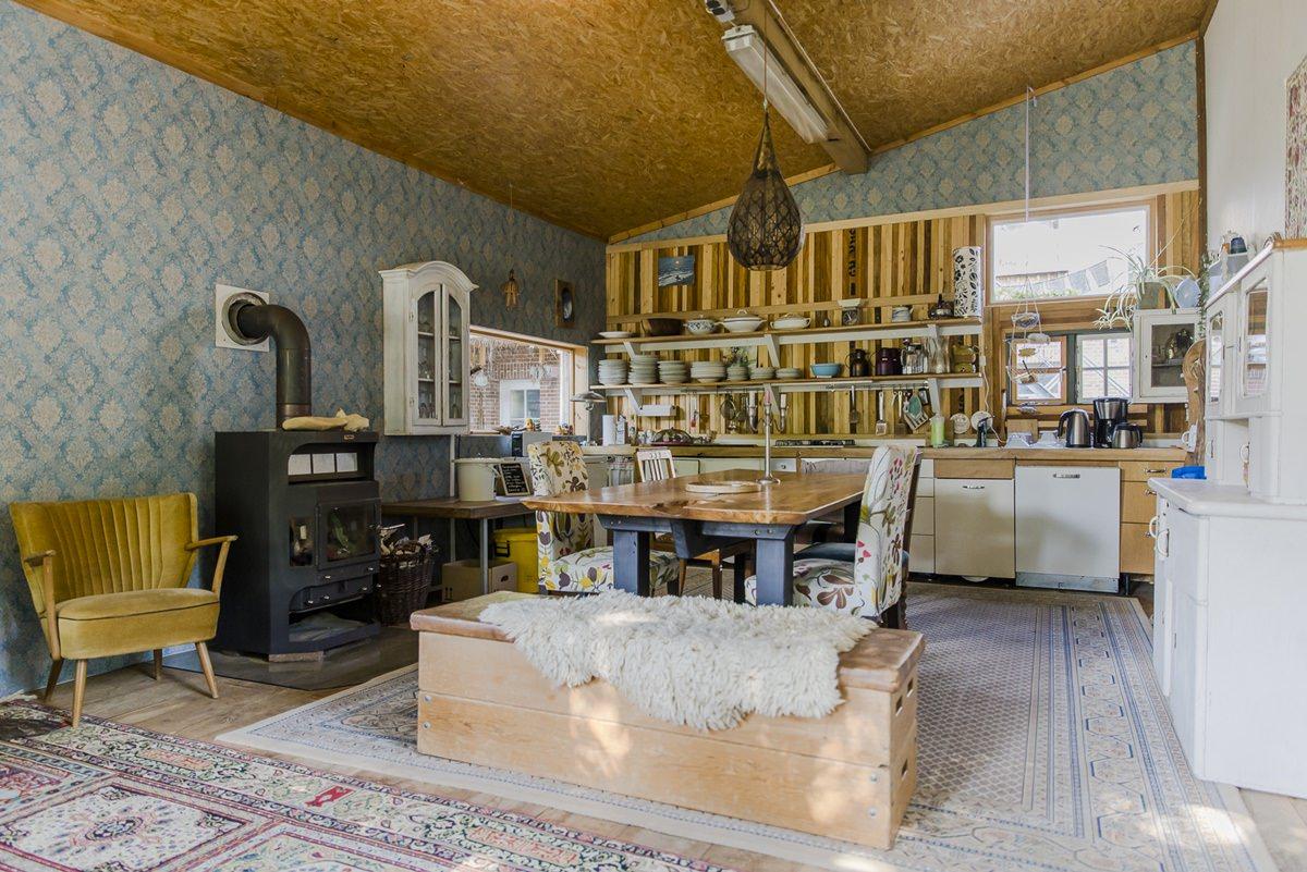 Küchenwohnzimmer mit Kaminofen im Zirkuswagenhostel Ulliwood | Foto: Hanna Witte