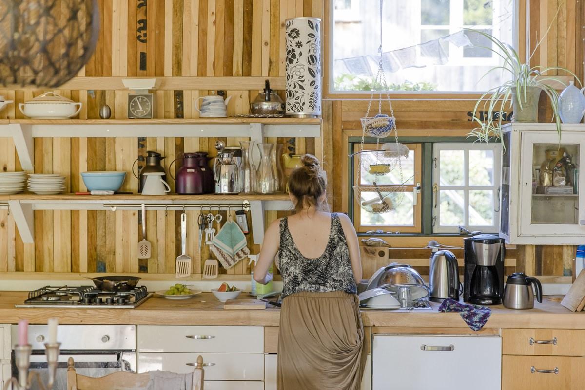 eine Bewohnerin im Küchenwohnzimmer des Zirkuswagenhostels Ulliwood | Foto: Hanna Witte