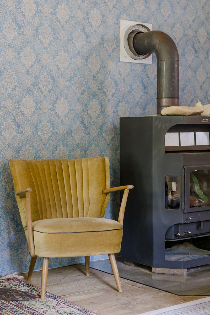 Kaminofen und Vintage Stuhl in einem Ulliwood Zirkuswagen | Foto: Hanna Witte