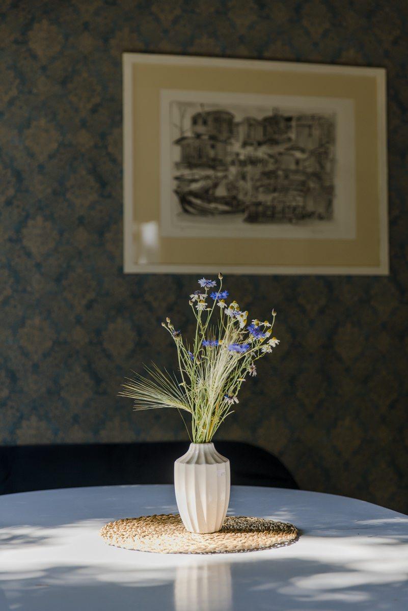 Vase auf einem Tisch in einem Zirkuswagen von Ulliwood | Foto: Hanna Witte