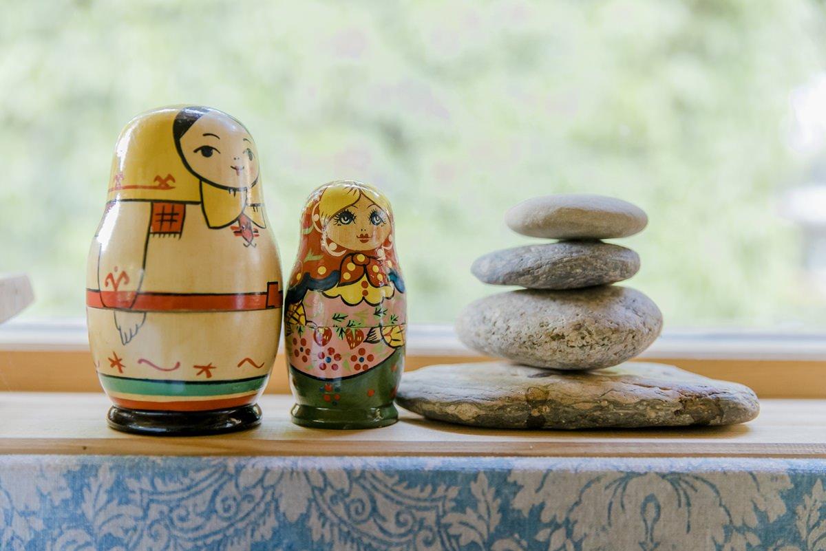 Steinturm und Matrjoschka Figuren in einem Zirkuswagen | Foto: Hanna Witte