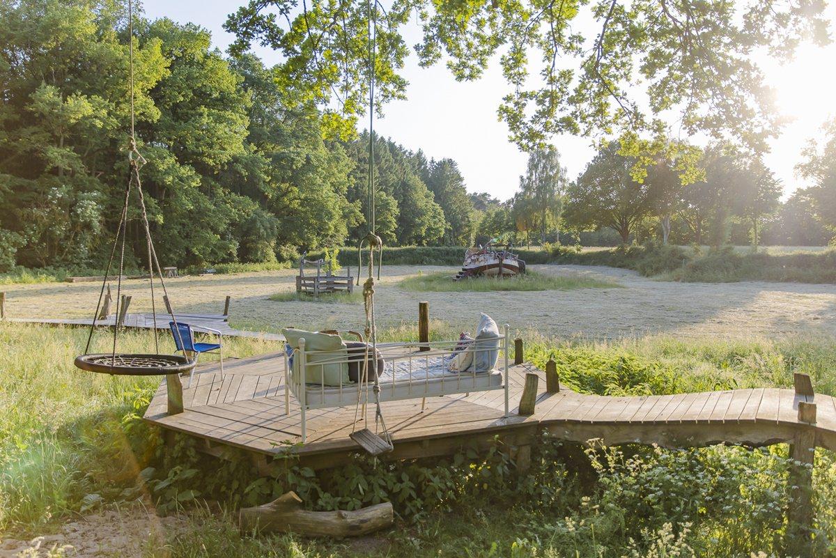 Outdoor Gemeinschaftsbereich auf dem Hof Ulliwood | Foto: Hanna Witte