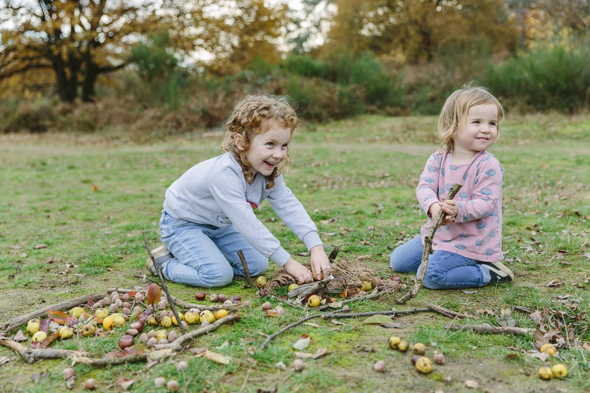zwei Kinder spielen auf einer herbstlichen Wiese   Foto: Hanna Witte