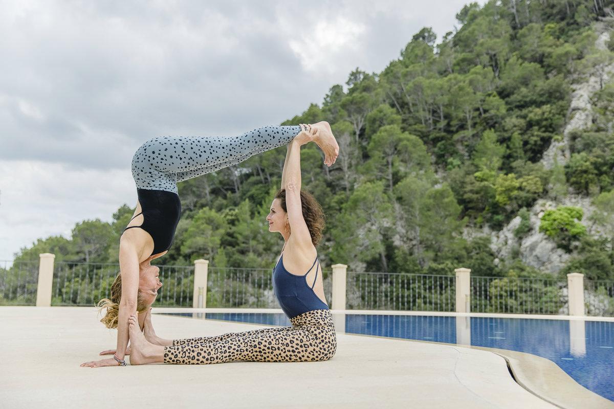 Acro Yoga Übung zu zweit an einem Pool auf Mallorca   Foto: Hanna Witte