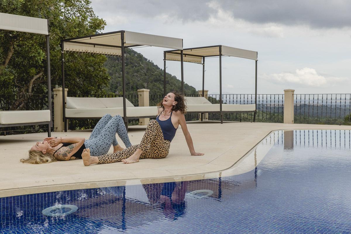 lustiges Portraitfoto von zwei Yoga Lehrerinnen an einem Pool auf Mallorca   Foto: Hanna Witte