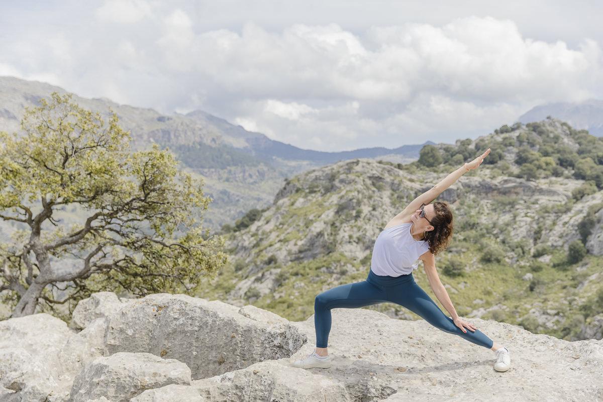 Yoga Asana auf einem Steinhügel inmitten der Landschaft auf Mallorca   Foto: Hanna Witte