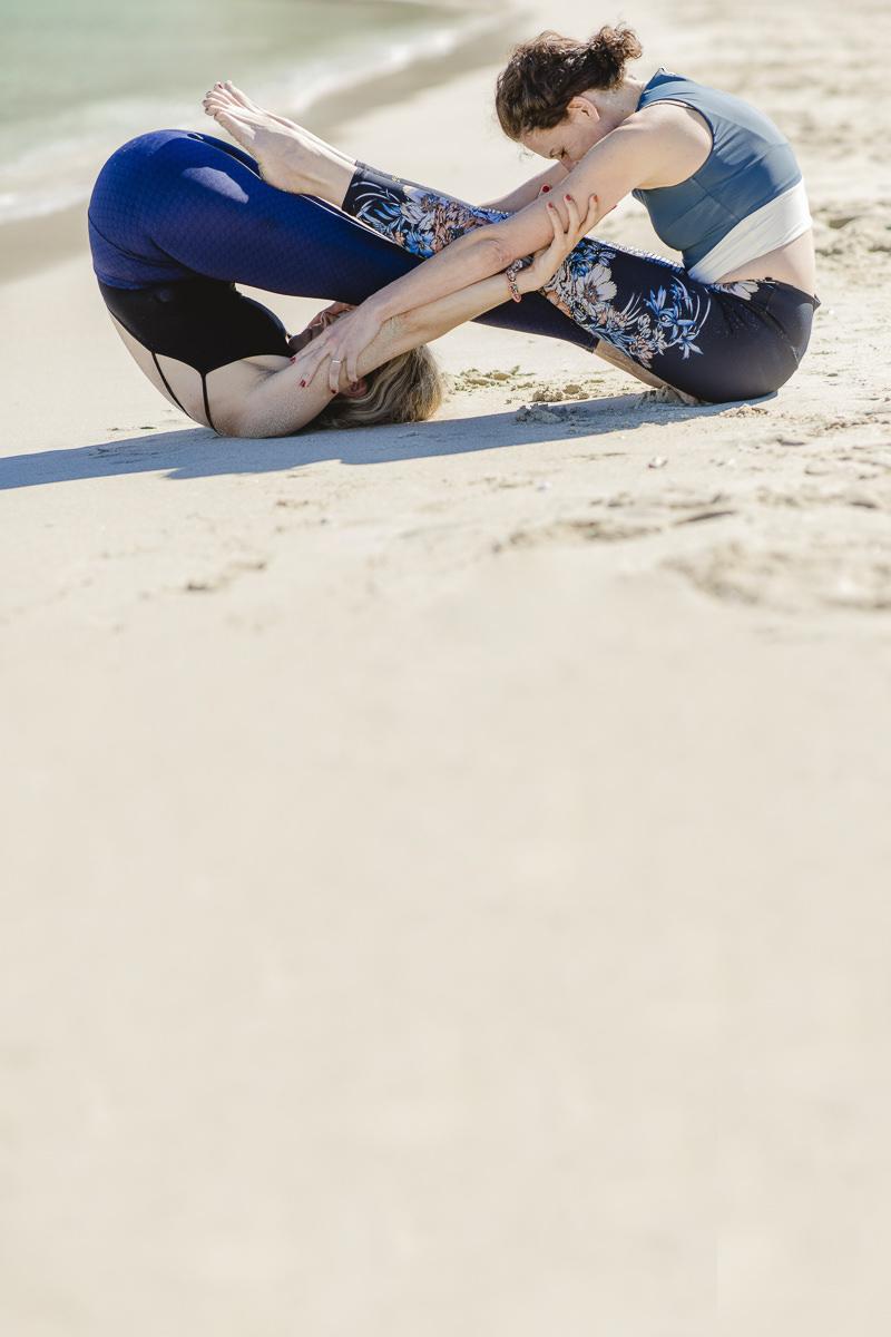 Partner Yoga am Strand von Mallorca   Foto: Hanna Witte
