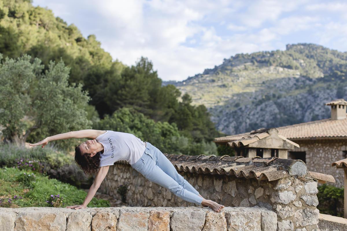 Yoga Übung vor traumhafter Naturkulisse auf Mallorca   Foto: Hanna Witte