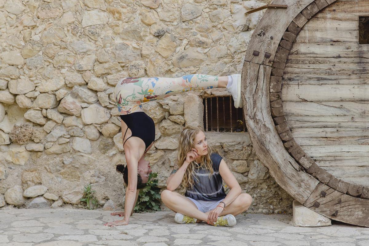 lustiges Yogofoto zu zweit vor einer Steinmauer auf Mallorca   Foto: Hanna Witte