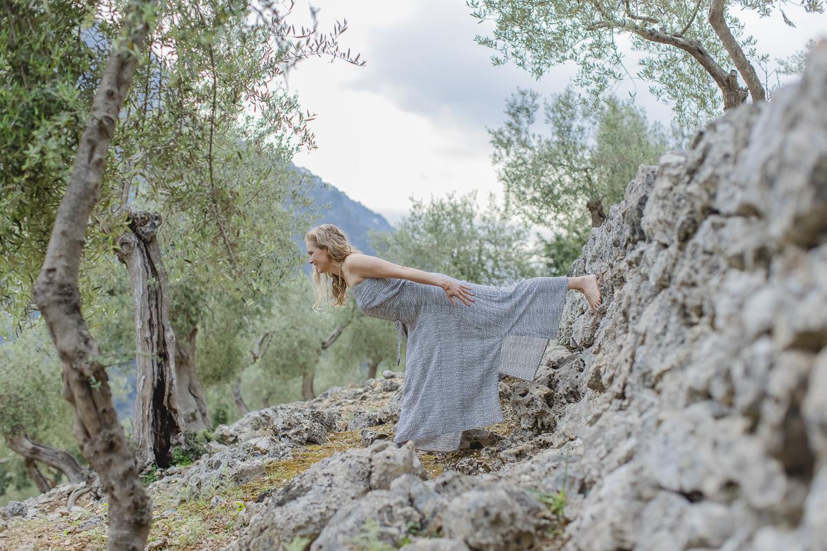 Yoga Asana in einer steinigen Naturlandschaft auf Mallorca   Foto: Hanna Witte