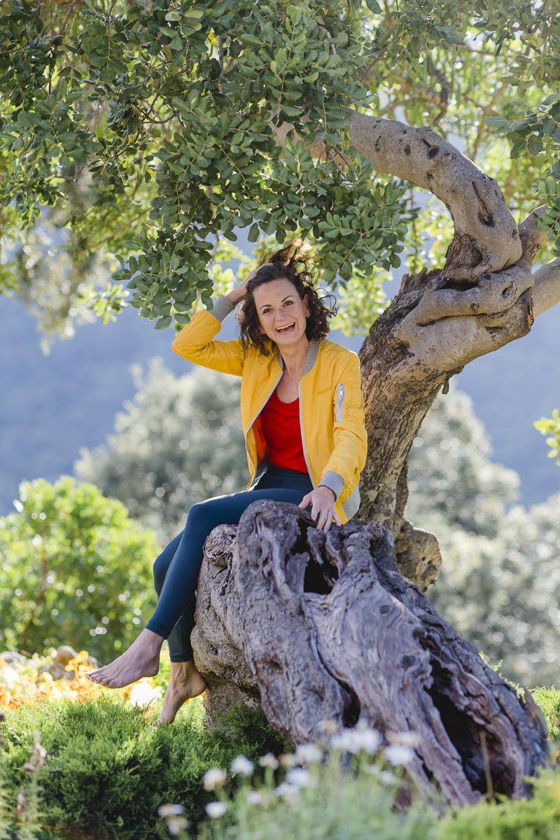 natürliches Portraitfoto von Yoga Lehrerin Nicole Bongartz an einem Baum auf Mallorca   Foto: Hanna Witte