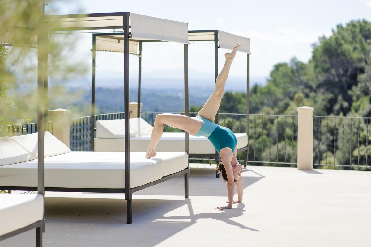 Yoga Handstand an einer Sonnenliege auf Mallorca   Foto: Hanna Witte