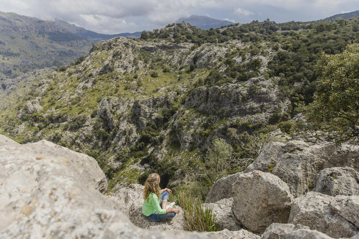 Portraitfoto im Schneidersitz in der rauen Natur von Mallorca   Foto: Hanna Witte
