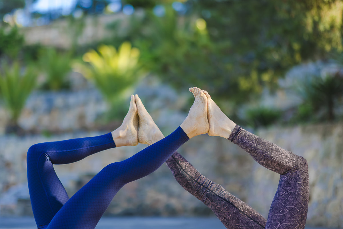 Partner Yoga Übung in der Natur von Mallorca   Foto: Hanna Witte