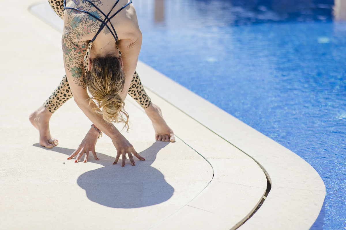 Yoga Pose an einem Finca Pool auf Mallorca   Foto: Hanna Witte
