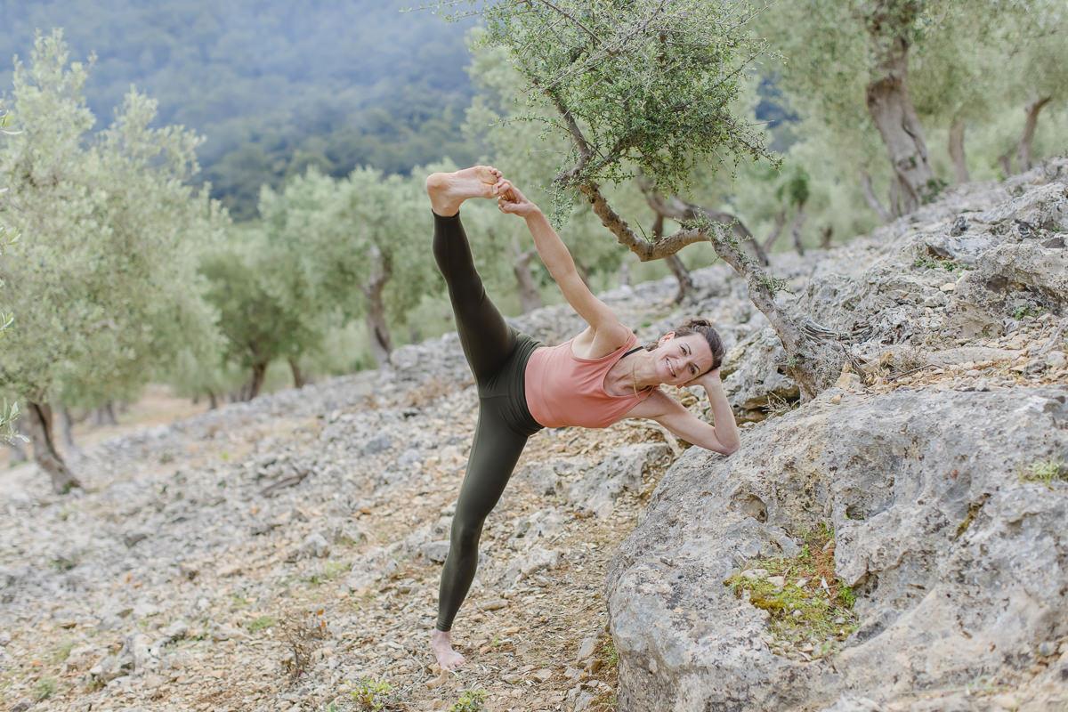 Yoga Asana in der rauhen Landschaft auf Mallorca   Foto: Hanna Witte
