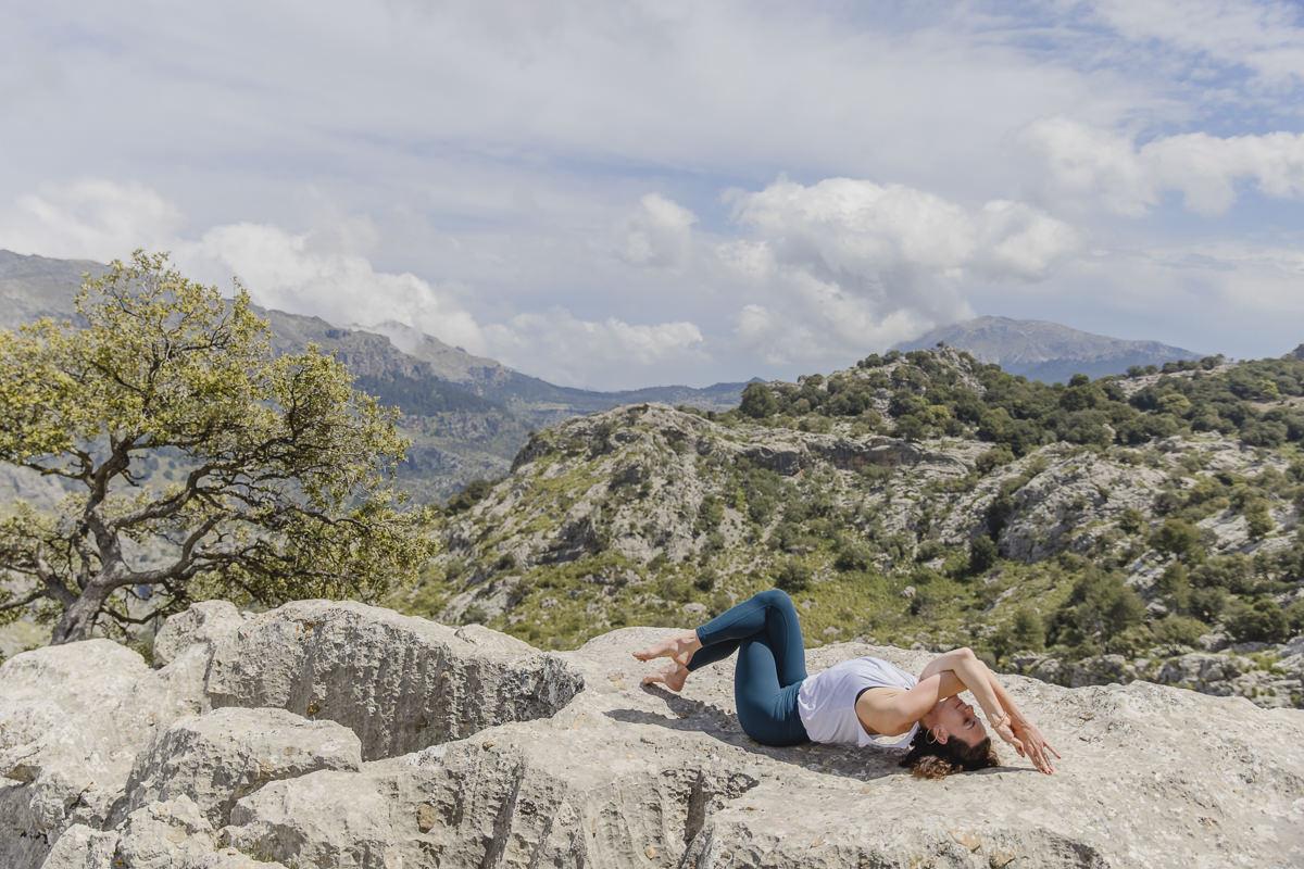 Yoga Übung vor der Kulisse des Tramantuna Gebirges auf Mallorca   Foto: Hanna Witte