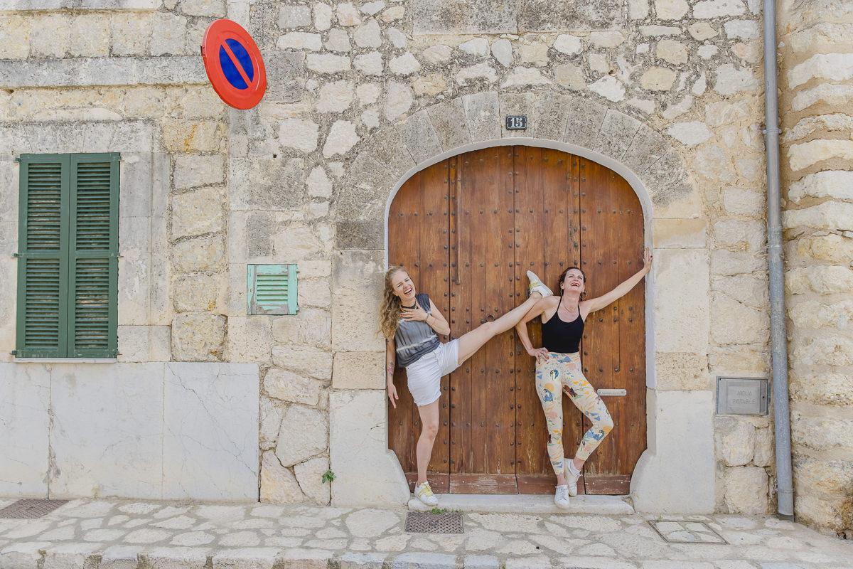 lustiges Yoga Portrait in einer Altstadt auf Mallorca   Foto: Hanna Witte
