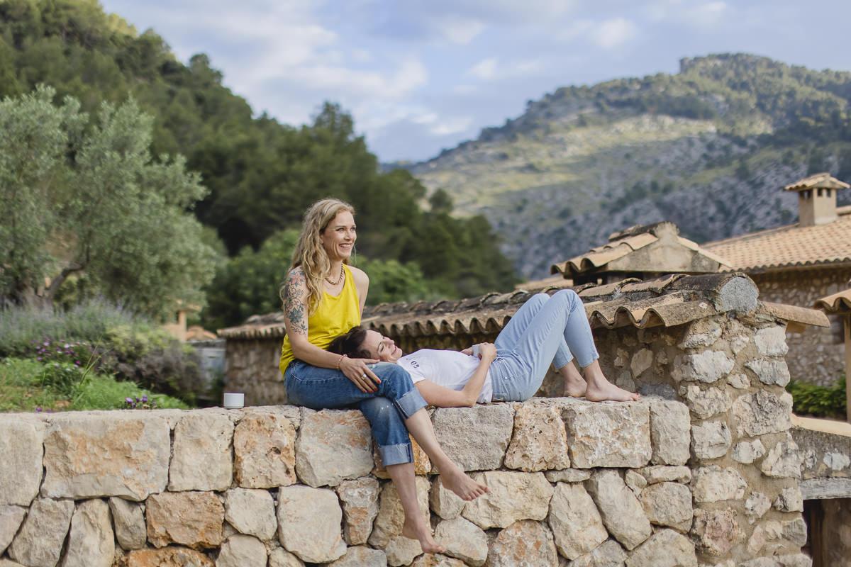 entspanntes Portraitfoto von zwei Yogalehrerinnen auf Mallorca   Foto: Hanna Witte