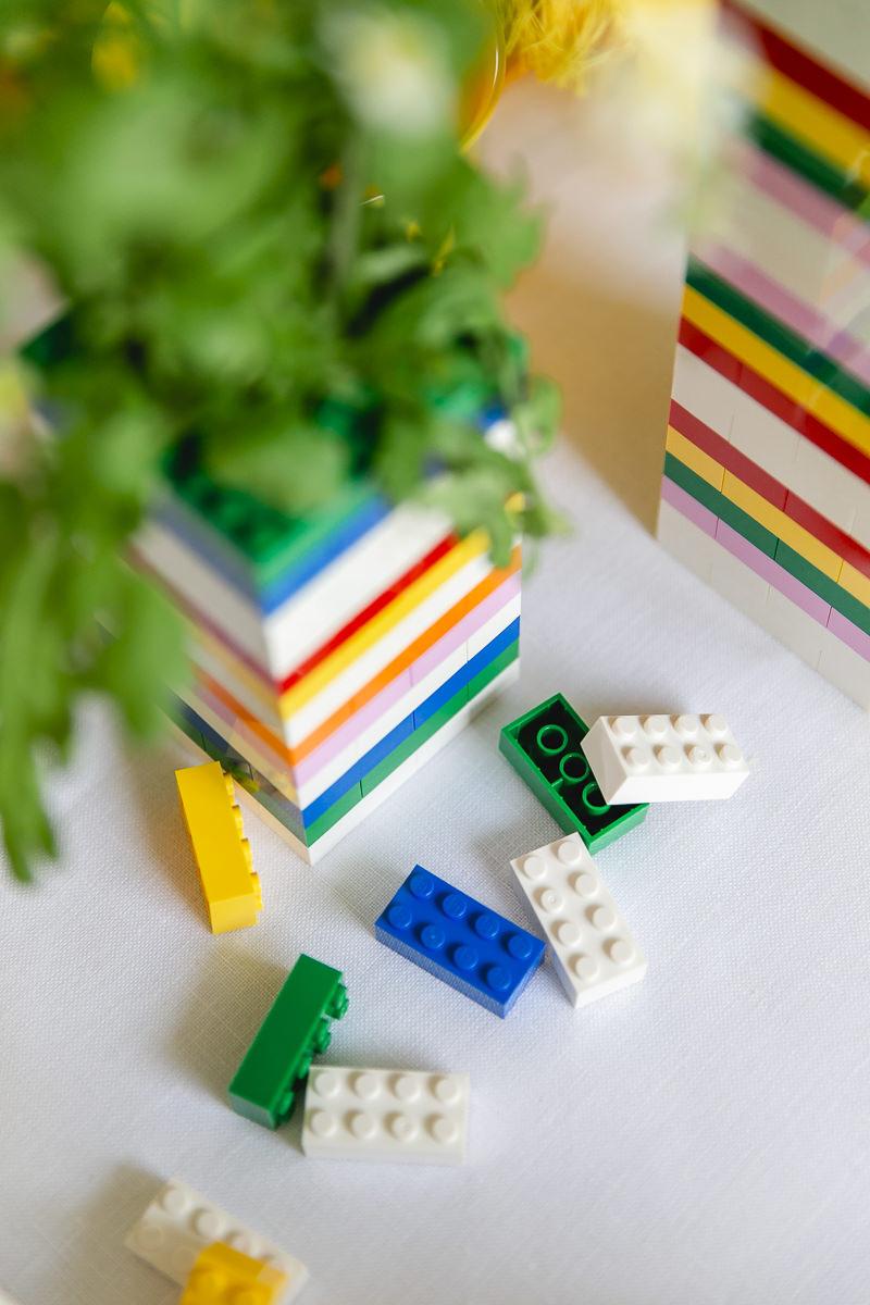 Blumenvase aus Lego und Legosteine auf einem Kindertisch | Foto: Hanna Witte