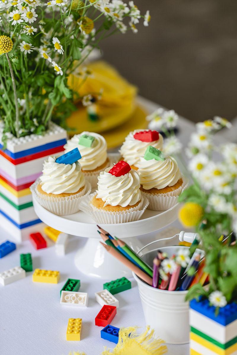 Cupcakes und Legosteine auf einem Kindertisch | Foto: Hanna Witte