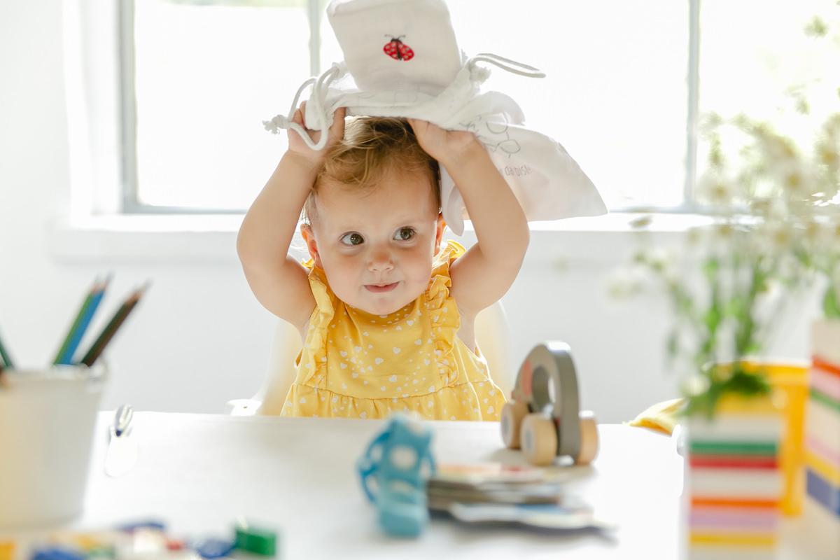 ein Baby spielt mit dem Gastgeschenkebeutel von Leo Kinderevents | Foto: Hanna Witte