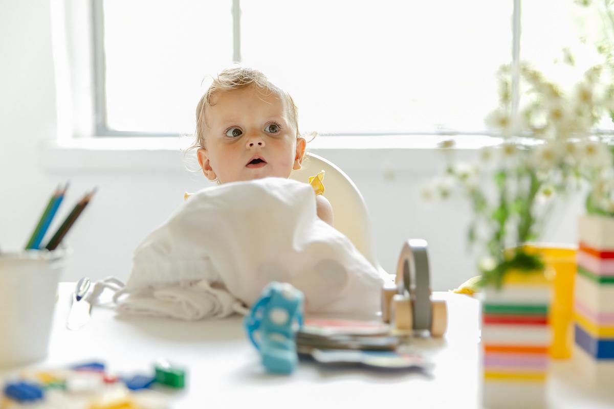 ein Baby entdeckt den Inhalt des Gastgeschenke-Sets von Leo Kinderevents | Foto: Hanna Witte