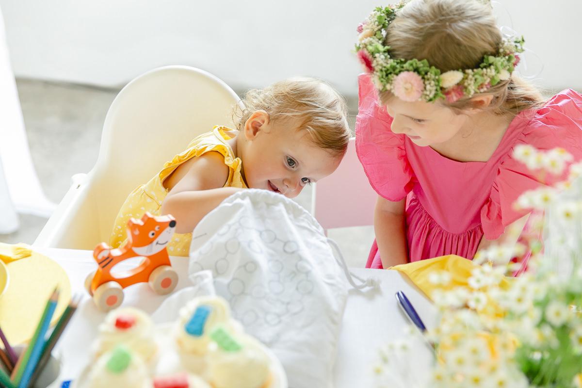 Kinder entdecken den Inhalt der Gastgeschenkebeutel von Leo Kinderevents | Foto: Hanna Witte
