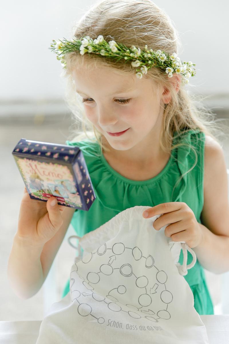 ein Mädchen freut sich über den Inhalt ihres Gastgeschenke-Sets von Leo Kinderevents | Foto: Hanna Witte