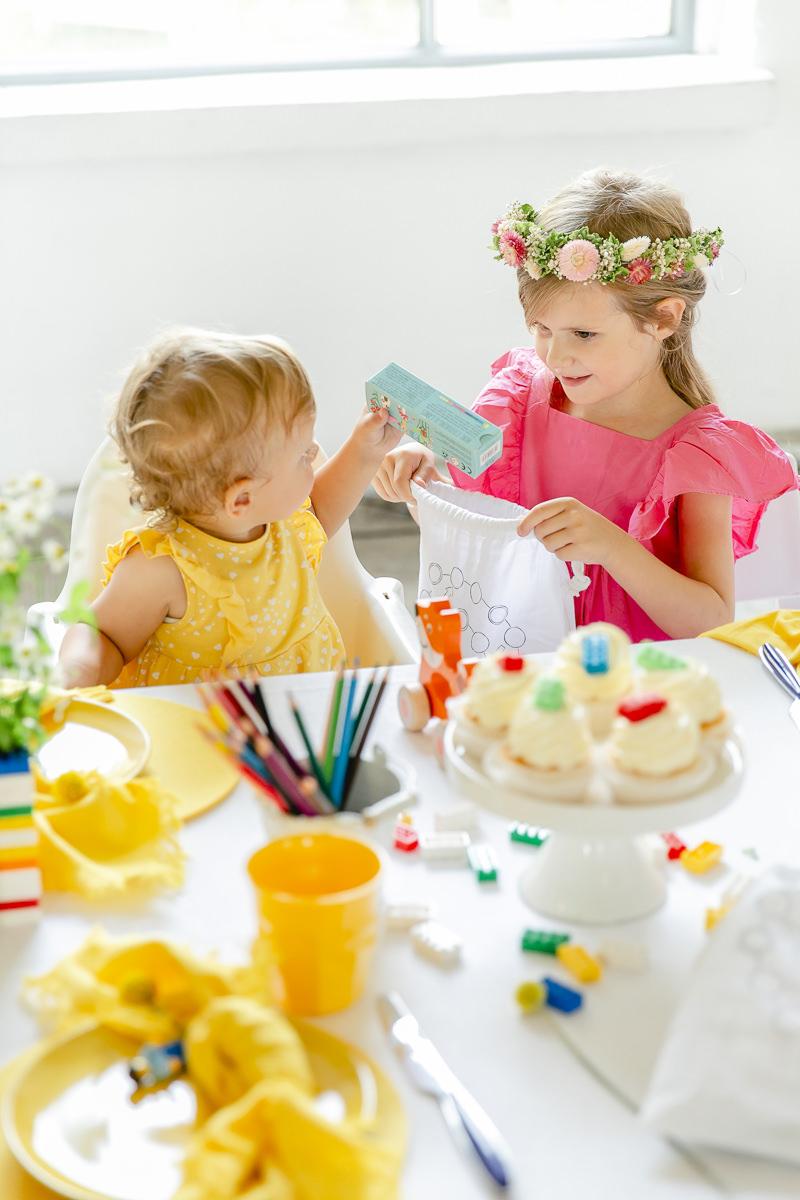 Kinder bestaunen das Spielzeug aus dem Gastgeschenkebeutel von Leo Kinderevents | Foto: Hanna Witte