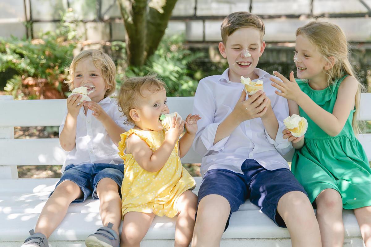 Kinder essen vergnügt einen Cupcake mit Creme | Foto: Hanna Witte