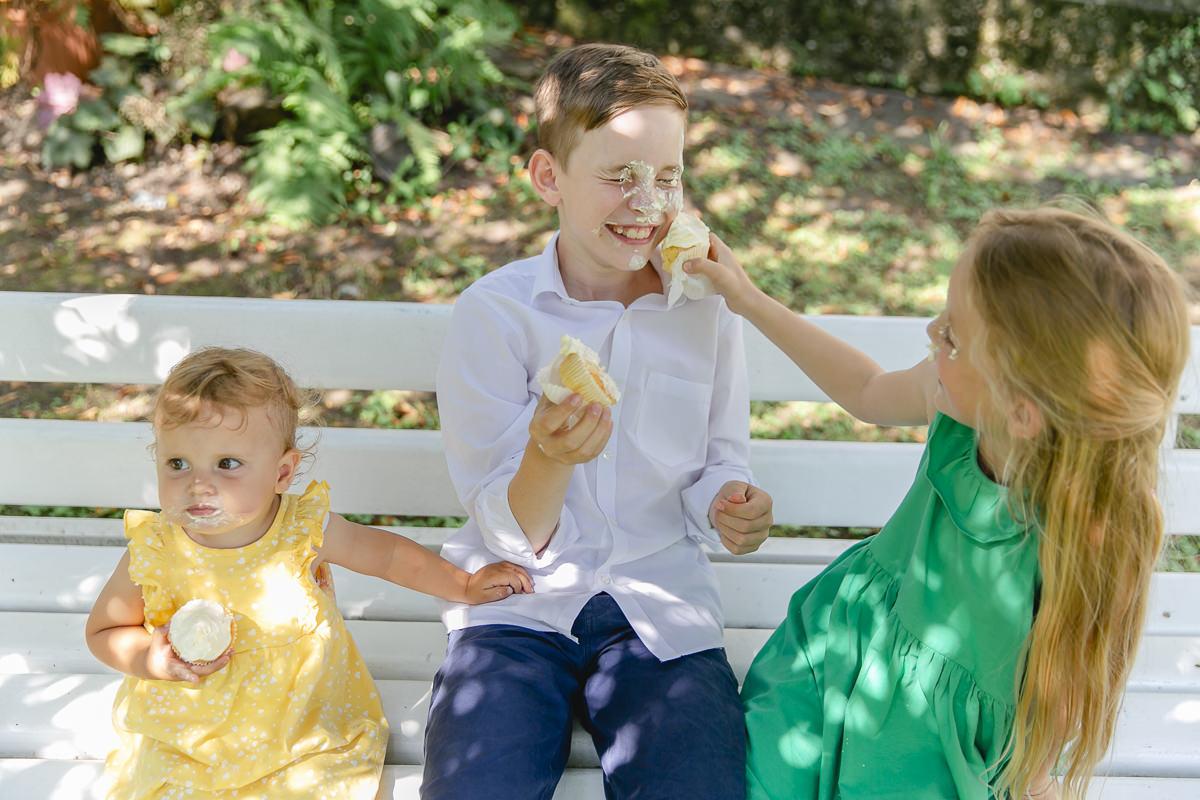 Kinder beschmieren ihre Gesichter mit der Creme ihres Cupcakes | Foto: Hanna Witte