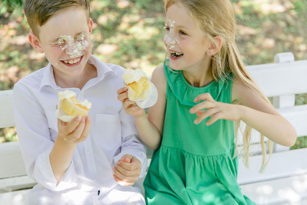 Kinder lachen über die Cupcake Creme in ihrem Gesicht | Foto: Hanna Witte